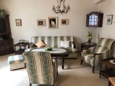 Möbilierte Seniorenwohnung mit großem Balkon und Treppenlift zu vermieten