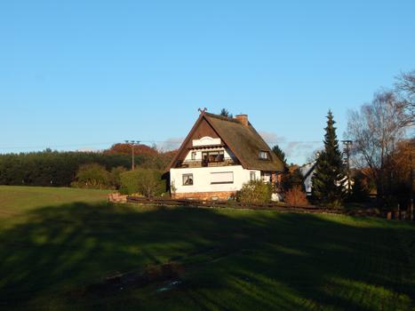 Exklusives Einfamilienhaus und separate Pension unter Reet unweit zur Ostsee…
