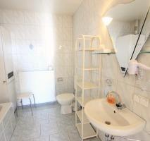 Dusch- und Wannenbad im Doppelzimmer