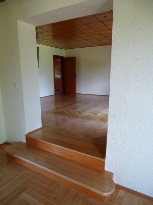 Wohnzimmer mit Aufgang zum Esszimmer