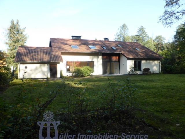Homburg: Lichtdurchflutetes Wohnhaus auf parkähnlichem Grundstück