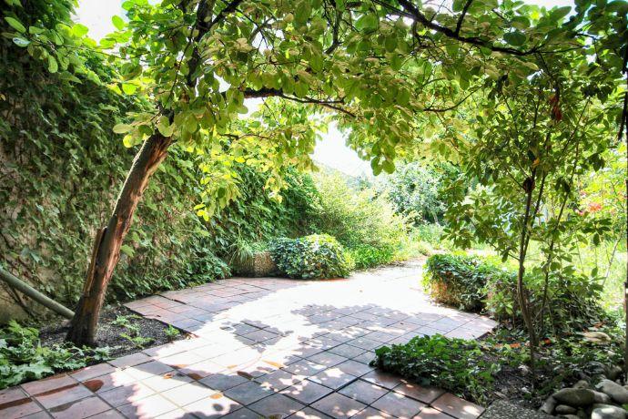 Einzigartiger Winkelbungalow mit parkähnlichem Garten in begehrter Lage von Bruchköbel