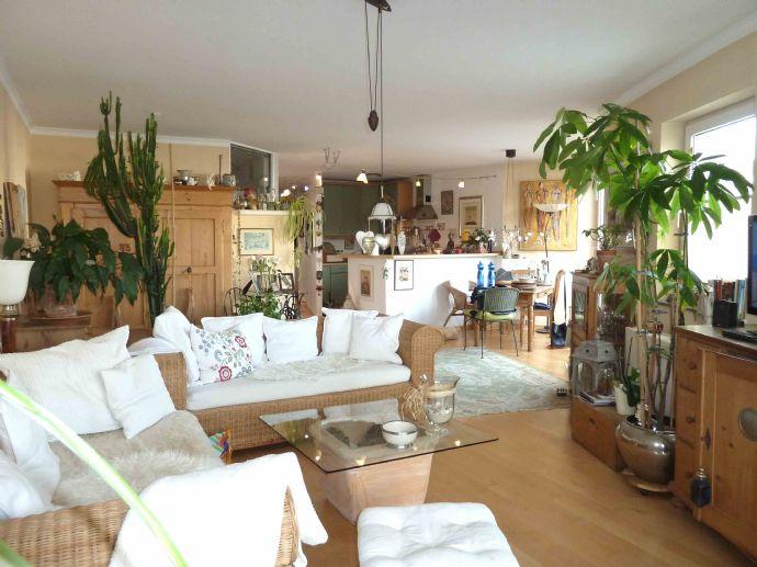 Ruhige und doch zentrale, großzügige und sonnige Wohnung mit Balkon und EBK in Wiesbaden-Biebrich