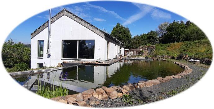 Wenn sich Landleben mit moderner Wohnkultur vereint… Individueller Wohntraum mit Schwimmteich trifft Landschaftsgarten in Permakultur-Bewirtschaftung