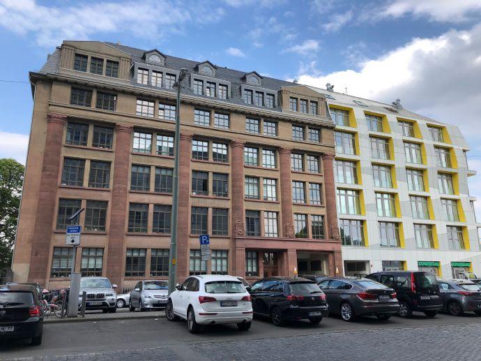 BEST OF OSTEND: Dachgeschoß-LOFT mit Aufzug, großem Balkon und PKW-Stellplatz