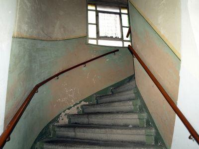 breite Steinzeug-Haustreppe