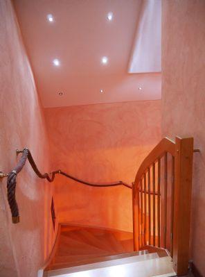 Treppenaufgang mit Warmluftschacht vom Kaminofen