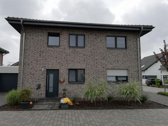 Neubau: hochwertige 3-Zimmer-Wohnung im 2 Familien-Energiespar-Haus mit Balkon und Garage