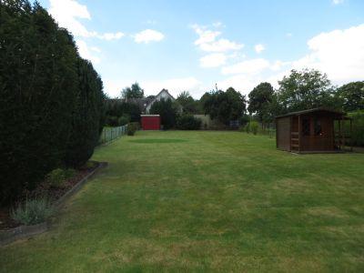 Garten mit Blockbohlenhaus