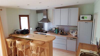 Küche mit Essbereich und angrenzendem Wohnzimmer
