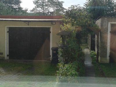 Garage (links) und Weg in den Garten