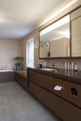 Badezimmer mit Wanne und Einbauten