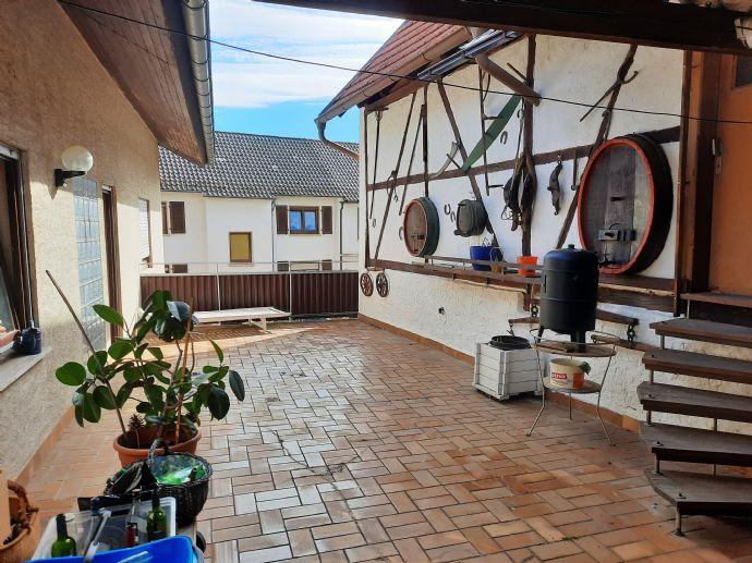 Freistehendes 1 - 2 Familienhaus, 7 Zimmer, 2 Küchen, 274 m² Wfl, mit großer massiver Scheune