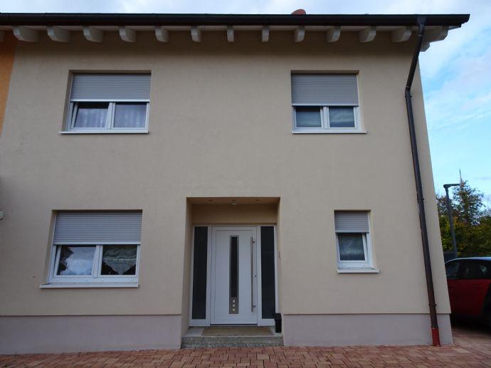 Neuwertige geräumige Doppelhaushälfte in unverbaubarer 1 A Lage - exquisite Ausstattung