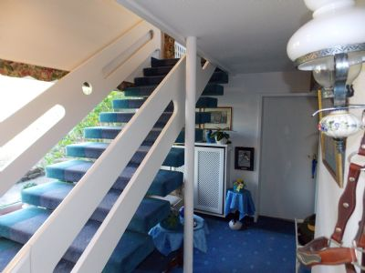 der Eingangsbereich mit Treppe zum Hauptwohnbereic