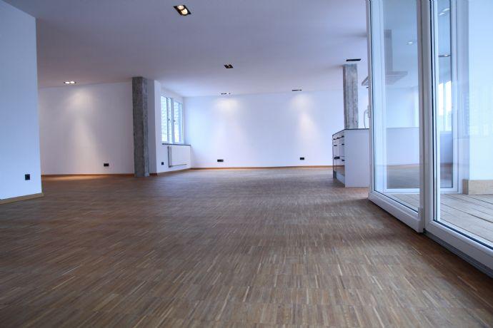 Neuwertige Loftwohnung mit drei Zimmern sowie Loggia und EBK
