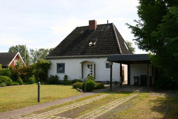 Idyllisches Wohnen im Einfamilienhaus im Wochenendwohngebiet am Elbe-Lübeck-Kanal. Courtage-frei.