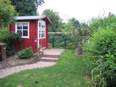 Angelegter Garten mit Gartenhaus