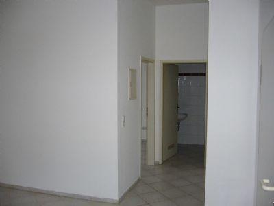 Wohnzimmer/Blick zur Badtür/links Tür SZ