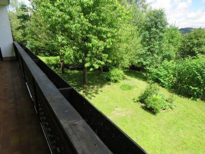 Blick vom unteren Balkon auf das Grundstück