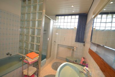 Badezimmer im EG mit Wanne und Dusche
