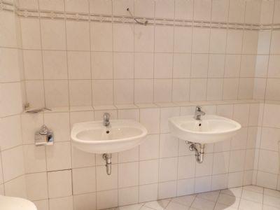 mit 2 waschbecken g nstige 3 raum wohnung in werdau. Black Bedroom Furniture Sets. Home Design Ideas