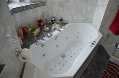 Modernes Bad mit Whirlpool im EG