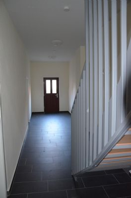 Hauseingangsbereich mit Tür zum Garten