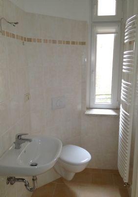 Badezimmeransicht mit Fenster