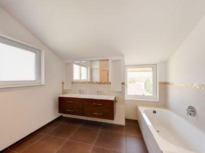 Masterbad mit Badewanne und Dusche