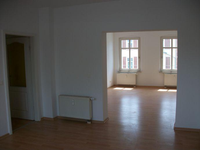 2- Zimmer Wohnung mit Terrasse und EBK in zentralster Lage zu vermieten!