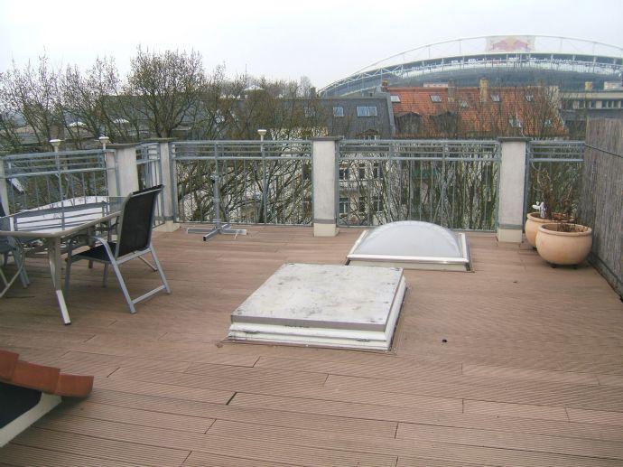 Wohnen im Waldstraßenviertel - Dachgeschoss mit großer Terrasse, Parkett, Bad mit Wanne u. Dusche in einem sanierten Altbau mit Lift zu vermieten