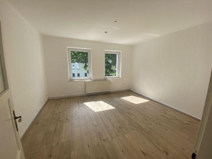 Gut geschnittene 2-Raum-Wohnung mit Einbauküche, Keller und Badezimmer mit Fenster