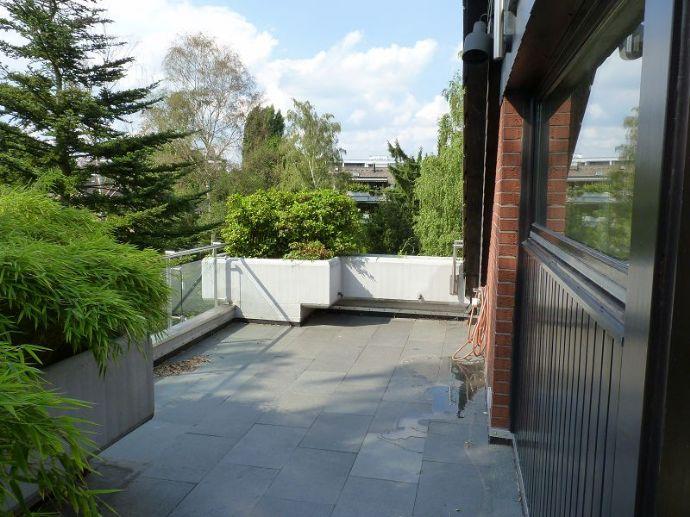 Hochwertig ausgestattete Maisonettewohnung mit herrlich großer Terrasse und grünem Blick
