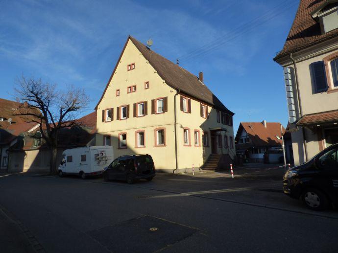 Denkmalgeschütztes Zweifamilienhaus mit Ausbaureserve im Ortskern von Teningen