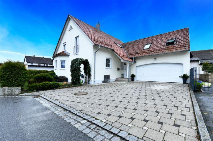Modernes und hochwertiges Einfamilienhaus mit Doppelgarage und Garten