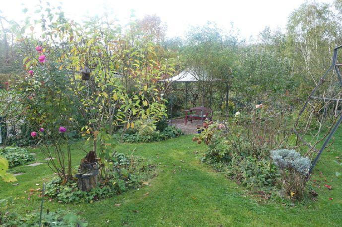 *** Dreieichenhain: Attraktive Doppelhaushälfte mit großer Garage und herrlichem Garten! ***