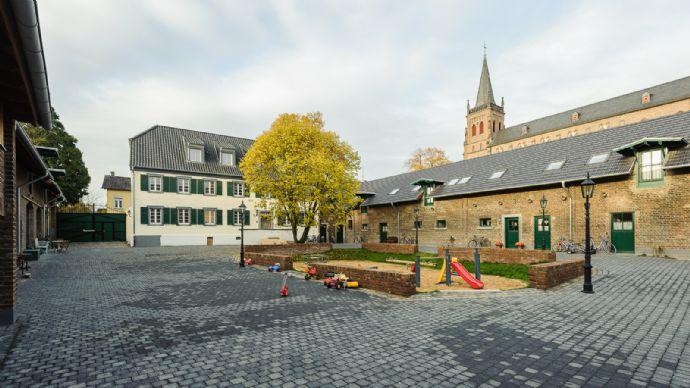 Berzdorf, Vierkanthof, moderne helle gemütliche 3,5 Zimmer, 122 m² im DG, Sonnenbalkon, Tageslichtbad