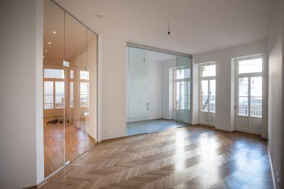 Wohnzimmer mit Küche und Balkon