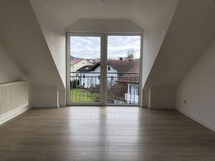 Neu renovierte, helle und offene Dachgeschosswohnung mit Einbauküche und Balkon in ruhiger Lage