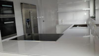 offener Küchenbereich mit direktem Zugang zum HWR