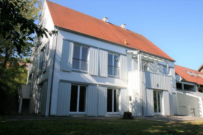 Einfamilienhaus mit Einliegerwohnung, separater Eingang - lichtdurchflutet auf 4 verschiedenen Ebenen und eingewachsenem Garten