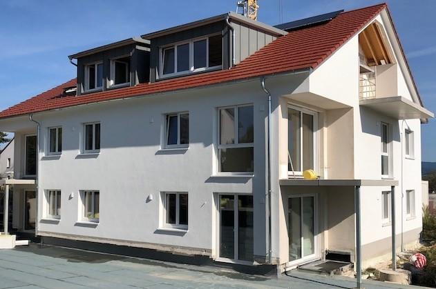 ERSTBEZUG - Freiburg Tiengen - Helle, moderne Dachgeschosswohnung , Balkon und einzigartigen, unverbaubarem Weitblick in die Rheinebene ! RESERVIERT *