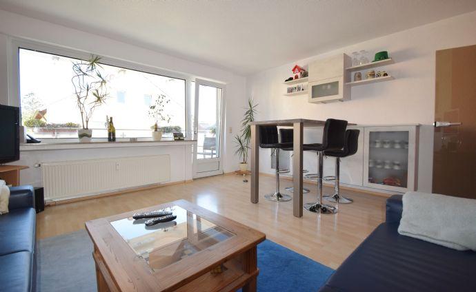 ZU VERMIETEN: Sehr schöne Obergeschoss-Wohnung (3 Zimmer, ca. 74 m²) in bester Lage mit Einbauküche, Balkon und Stellplatz
