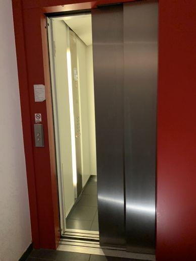 Besichtigung auch per Video!!! Moderne 2-Zi.-Wohnung, Aufzug, Balkon, EBK, Fussbodenheizung