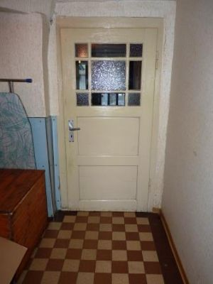 Die Holztür mit Sprossen