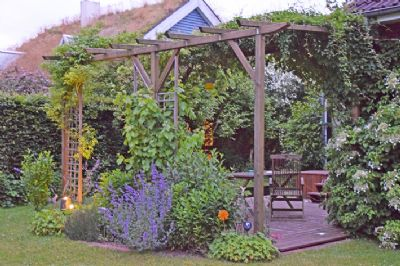 gemütlich eingewachsene Terrasse