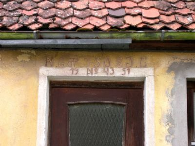 Eingangsportal mit historischer Inschrift