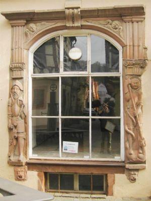 Traumhafte Fensterrahmung mit Ritter & Hl. Georg