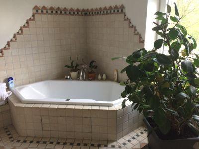 Top modernisiertes Bad mit Wanne und Dusche